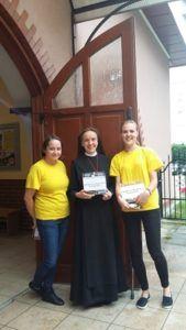 zdjęcie przedstawiające zbiórkę hospicyjną; na zdjęciu siostra zakonna w habicie i dwie wolontariuszki